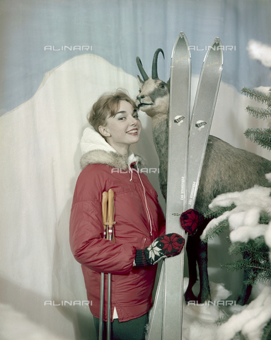VBA-S-M00R19-0036 - Model in winter clothes during a photo shoot - Date of photography: 1955-1960 ca. - Alinari Archives-Villani Archive, Florence