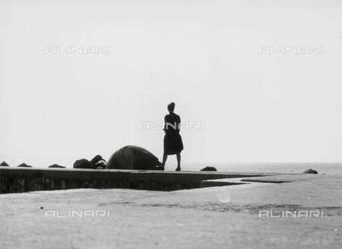 VZA-F-000019-0000 - Donna passeggia sul lungomare - Data dello scatto: 1950 ca. - Raccolte Museali Fratelli Alinari (RMFA)-archivio Vannucci Zauli, Firenze