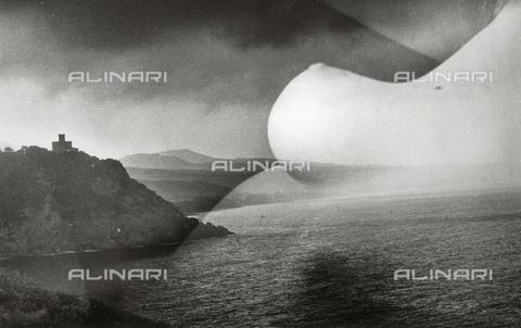 VZA-F-000040-0000 - Paesaggio marino con costa e in sovrapposizione nudo femminile - Data dello scatto: 1940 ca. - Raccolte Museali Fratelli Alinari (RMFA)-archivio Vannucci Zauli, Firenze
