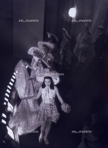 """VZA-F-000270-0000 - """"La passerella"""". Ballerine del varietà in costume di scena sfilano sul palcoscenico - Data dello scatto: 1940 ca. - Raccolte Museali Fratelli Alinari (RMFA)-archivio Vannucci Zauli, Firenze"""