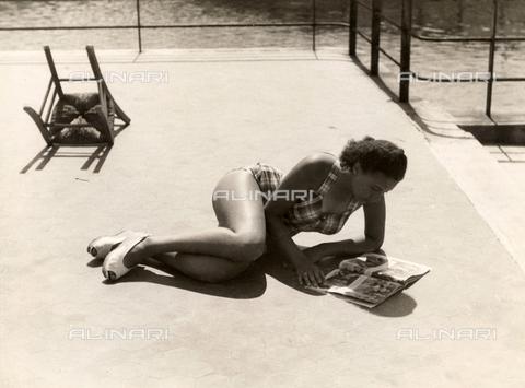 VZA-F-000271-0000 - Ragazza in costume che prende il sole leggendo una rivista - Data dello scatto: 1940 ca. - Raccolte Museali Fratelli Alinari (RMFA)-archivio Vannucci Zauli, Firenze