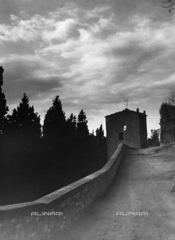 """VZA-F-000298-0000 - """"Verso Pienza"""". Veduta di una strada con casa - Data dello scatto: 1985 - Raccolte Museali Fratelli Alinari (RMFA)-archivio Vannucci Zauli, Firenze"""