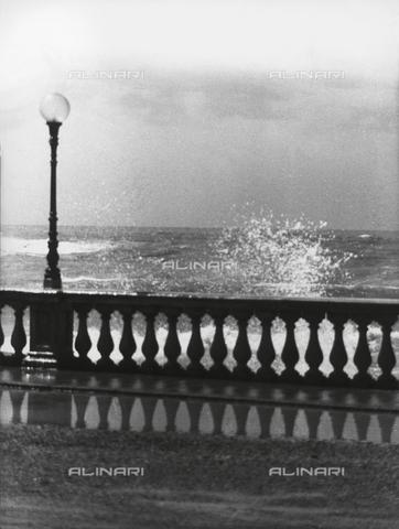 VZA-F-000334-0000 - Lungomare con mare in tempesta - Data dello scatto: 1950 ca. - Raccolte Museali Fratelli Alinari (RMFA)-archivio Vannucci Zauli, Firenze