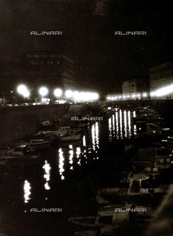VZA-F-000335-0000 - Night view of dock with anchored boats; the roads with cars are lit by streetlights - Data dello scatto: 1950 ca. - Archivi Alinari, Firenze
