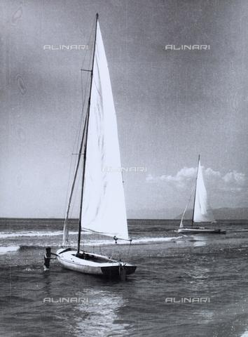 VZA-F-000351-0000 - Veduta marina con due barche a vela e un bambino - Data dello scatto: 1950-1960 ca. - Raccolte Museali Fratelli Alinari (RMFA)-archivio Vannucci Zauli, Firenze