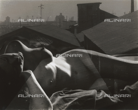 VZA-F-000378-0000 - Lying naked women having on her body an overlay of roof of an industrial city - Data dello scatto: 1950-1959 ca. - Archivi Alinari, Firenze