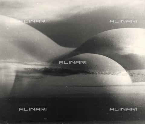 VZA-F-000385-0000 - Sovrapposizione di un nudo femminile su una foto di paesaggio - Data dello scatto: 1950 ca. - Raccolte Museali Fratelli Alinari (RMFA)-archivio Vannucci Zauli, Firenze