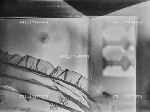 VZA-F-000445-0000 - Nudo femminile attraverso un vetro - Data dello scatto: 1950 ca. - Raccolte Museali Fratelli Alinari (RMFA)-archivio Vannucci Zauli, Firenze