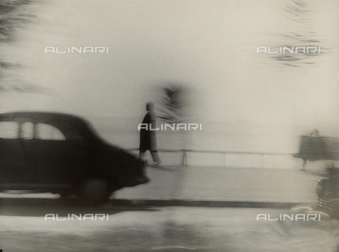 VZA-F-000480-0000 - Lungomare con uomo che passeggia e automobile - Data dello scatto: 1950 ca. - Raccolte Museali Fratelli Alinari (RMFA)-archivio Vannucci Zauli, Firenze