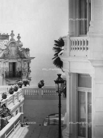 VZA-F-000487-0000 - Montecarlo: una terrazza e un edificio con il mare sullo sfondo - Data dello scatto: 1968 ca. - Raccolte Museali Fratelli Alinari (RMFA)-archivio Vannucci Zauli, Firenze