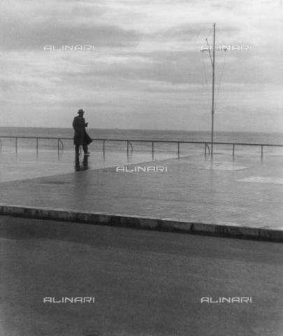 VZA-F-000490-0000 - Il mare a Nizza - Data dello scatto: 1950 ca. - Raccolte Museali Fratelli Alinari (RMFA)-archivio Vannucci Zauli, Firenze
