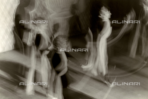 VZA-F-000492-0000 - Artistic photograph obtained using a long exposure time. The image shows a few dancers wearing long veils in motion - Data dello scatto: 1940-1950 ca. - Archivi Alinari, Firenze