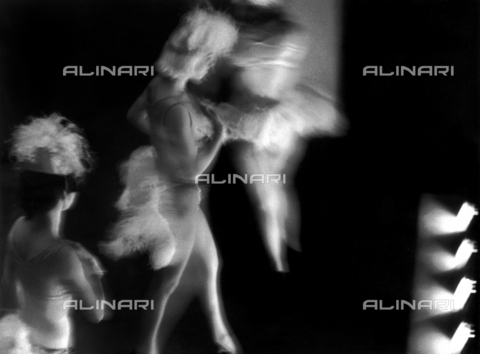 VZA-F-000495-0000 - Artistic photograph obtained using a long exposure time. Few variety dancers in stage costume during a show - Data dello scatto: 1946 ca. - Archivi Alinari, Firenze