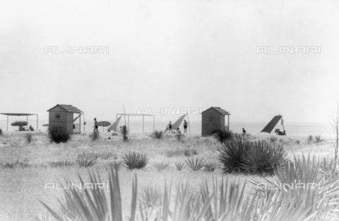 """VZA-F-000540-0000 - """"Marina"""". Veduta di spiaggia con cabine, tende, ombrelloni e bagnanti - Data dello scatto: 1940 ca. - Raccolte Museali Fratelli Alinari (RMFA)-archivio Vannucci Zauli, Firenze"""