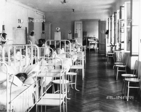 WCA-F-000539-0000 - Room in the pediatrics hospital ward with patients and medical personnel