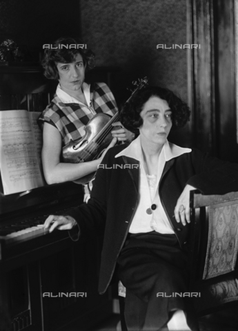 WCA-F-000925-0000 - Two musician sisters, the woman on the left is the wife of the painter Edmondo Passauro - Data dello scatto: 1925 ca. - Archivi Alinari, Firenze