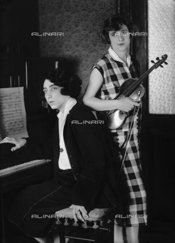 WCA-F-000927-0000 - Two musician sisters, on the right the wife of the painter Edmondo Passauro - Data dello scatto: 1925 ca. - Archivi Alinari, Firenze