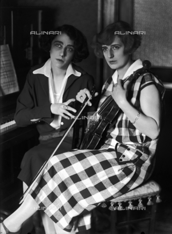 WCA-F-000928-0000 - Two musician sisters, on the right the wife of the painter Edmondo Passauro - Data dello scatto: 1925 ca. - Archivi Alinari, Firenze