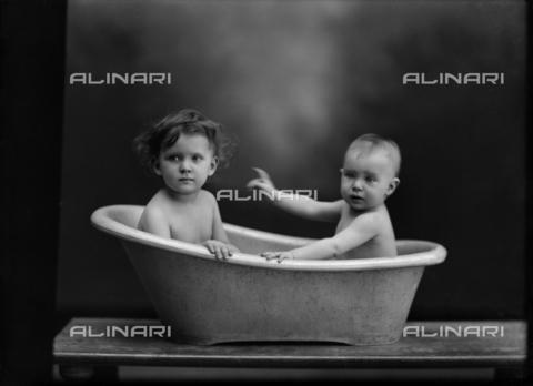 WCA-F-000942-0000 - Portrait of Wanda and Marion Wulz taking a bath