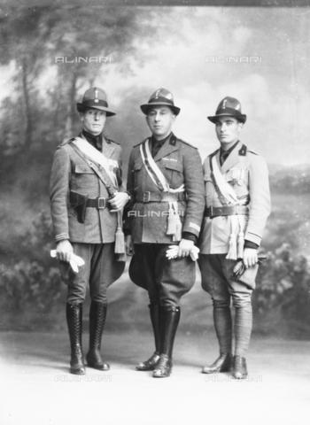 """WCA-F-001012-0000 - Tre ufficiali in uniforme """"milizia"""" - Data dello scatto: 1920 ca. - Raccolte Museali Fratelli Alinari (RMFA)-archivio Carlo Wulz, Firenze"""