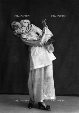 """WCA-F-001226-0000 - La danzatrice Kostarska nel balletto """"La morte di Pierrot"""" - Data dello scatto: 1920 ca. - Raccolte Museali Fratelli Alinari (RMFA)-archivio Carlo Wulz, Firenze"""