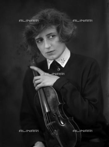 WCA-F-001257-0000 - La signora Passauro, moglie del pittore Edmondo Passauro (1893-1969), con il violoncello - Data dello scatto: 1925 ca. - Raccolte Museali Fratelli Alinari (RMFA)-archivio Carlo Wulz, Firenze