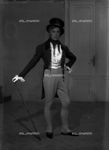 WCA-F-001630-0000 - Il pittore Edmondo Passauro (1893-1969) in costume carnevalesco - Data dello scatto: 1925-1930 - Raccolte Museali Fratelli Alinari (RMFA)-archivio Carlo Wulz, Firenze