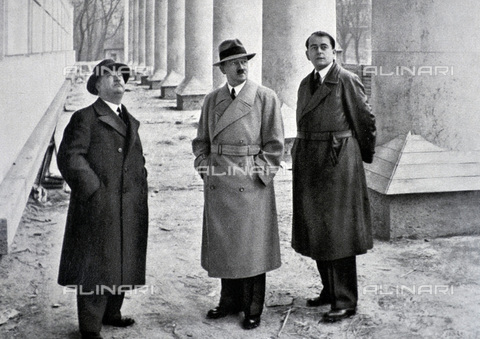 WHA-S-WHA041-0706 - Adolf Hitler 1889-1945. German politician with his architects professor Gall and Albert Speer in Berlin 1937 - World History Archive/Archivi Alinari