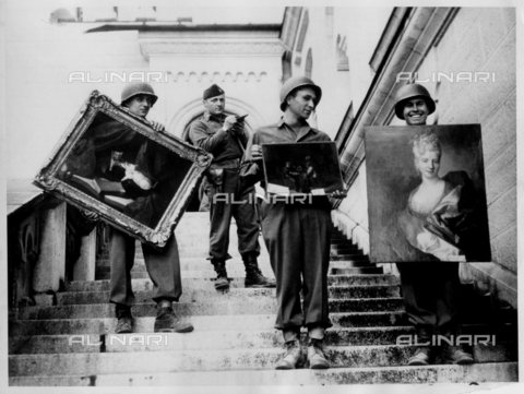 WHA-S-WHA041-0796 - American soldiers in Germany recover and document stolen paintings after the collapse of the Nazi regime 1945 - World History Archive/Alinari Archives