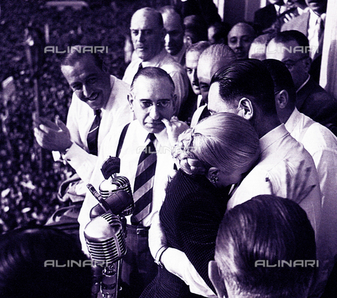 WHA-S-WHA056-0968 - Evita Peron embraces her husband Juan Domingo Peron after announcing that he will not be a vice-president of Argentina - Data dello scatto: 1951 - World History Archive/Alinari Archives