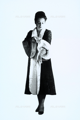 WMA-F-006927-0000 - Woman in elegant top-coat