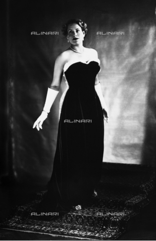 WMA-F-006946-0000 - Portrait of young woman in evening dress