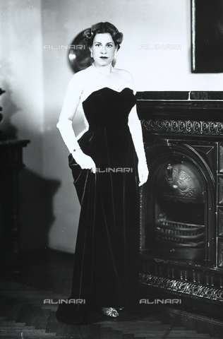 WMA-F-006947-0000 - Portrait of young woman in evening dress, in the Wulz house