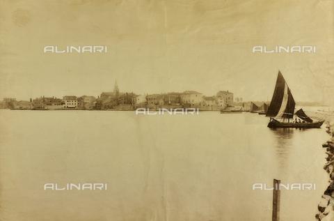 WSA-F-000542-0000 - Veduta di Umago con barca a vela, Istria - Data dello scatto: 1890 ca. - Archivi Alinari, Firenze