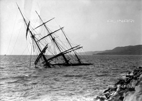 WSA-F-001394-0000 - Nave semi-affondata da una mareggiata, a Trieste - Data dello scatto: 1911 - Raccolte Museali Fratelli Alinari (RMFA)-archivio Studio Wulz, Firenze