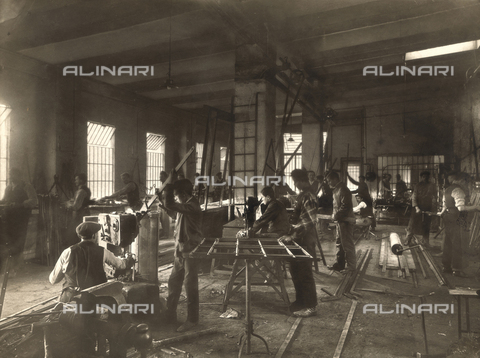 WSA-F-001419-0000 - Workers to work in the workshop for steel constructions of John Casonel to Forneto near Borghetto Borbera - Data dello scatto: 1912 ca. - Archivi Alinari, Firenze