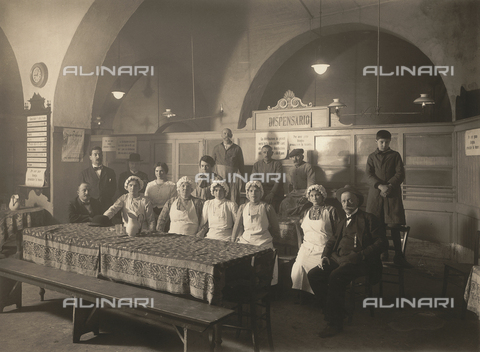 WSA-F-001422-0000 - Foto di gruppo all'interno di un dispensario durante la Prima Guerra Mondiale - Data dello scatto: 1915-1917 - Archivi Alinari, Firenze