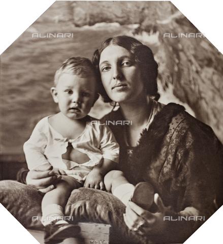 WSA-F-001478-0000 - Ritratto di madre e figlio - Data dello scatto: 1920-1925 - Raccolte Museali Fratelli Alinari (RMFA)-archivio Studio Wulz, Firenze