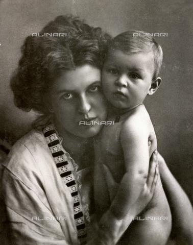 WSA-F-001483-0000 - Giovane madre ritratta col suo bambino - Data dello scatto: 1915 ca. - Raccolte Museali Fratelli Alinari (RMFA)-archivio Studio Wulz, Firenze