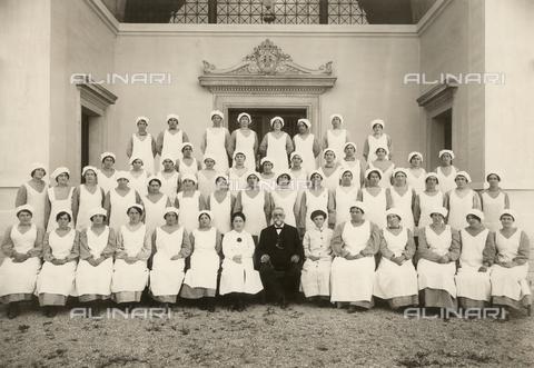 WSA-F-001491-0000 - Foto di gruppo delle infermiere di un manicomio durante la Prima Guerra Mondiale - Data dello scatto: 1916 - Raccolte Museali Fratelli Alinari (RMFA)-archivio Studio Wulz, Firenze