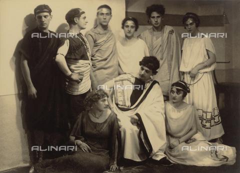 WSA-F-001507-0000 - Ritratto di gruppo in costumi greci in occasione di una festa di Carnevale - Data dello scatto: 1917 - Raccolte Museali Fratelli Alinari (RMFA)-archivio Studio Wulz, Firenze