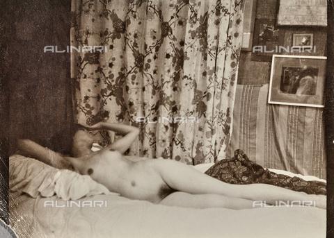 WSA-F-001517-0000 - Inside with female naked - Data dello scatto: 1930 ca. - Archivi Alinari, Firenze
