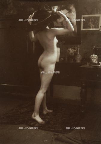 WSA-F-001518-0000 - Portrait of a naked woman in front of the mirror - Data dello scatto: 1938 ca. - Archivi Alinari, Firenze