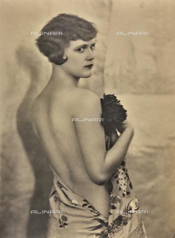 WSA-F-001521-0000 - Ritratto femminile di schiena - Data dello scatto: 1930 ca. - Raccolte Museali Fratelli Alinari (RMFA)-archivio Studio Wulz, Firenze
