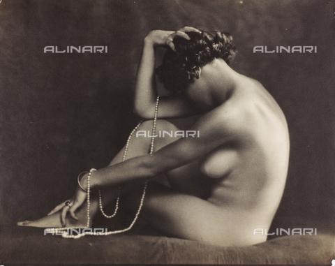 WSA-F-001522-0000 - Ritratto di giovane donna nuda seduta di profilo