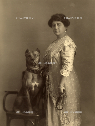 WSA-F-001556-0000 - Portrait of a woman (probably Mrs. Spadoni) with a dog seated on a chair - Data dello scatto: 1913 - Archivi Alinari, Firenze