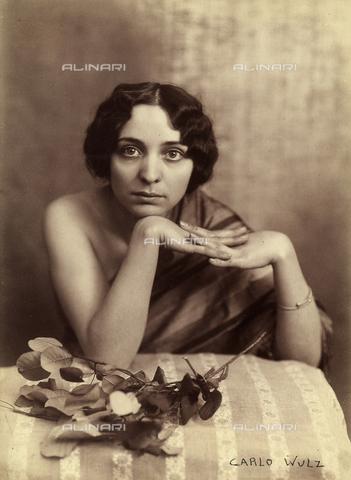 WSA-F-001564-0000 - Ritratto di giovane donna seduta. La donna tiene le braccia nude appoggiate ad un tavolo - Data dello scatto: 1920 ca. - Archivi Alinari, Firenze