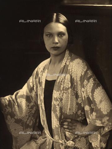 WSA-F-001580-0000 - Ritratto a mezzo busto di Wanda Wulz; l'effigiata indossa una vestaglia a kimono - Data dello scatto: 1925 -1928 - Archivi Alinari, Firenze