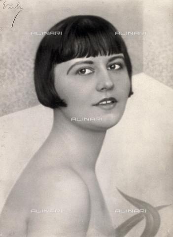 WSA-F-001583-0000 - Ritratto a mezzo busto della ballerina bulgara Olga Reich - Data dello scatto: 1925 -1928 ca. - Raccolte Museali Fratelli Alinari (RMFA)-archivio Studio Wulz, Firenze