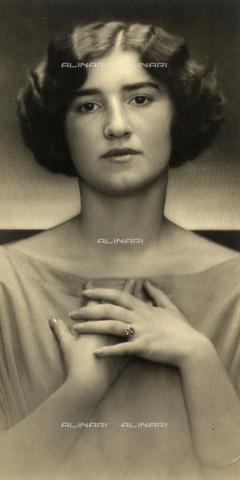 WSA-F-001585-0000 - Ritratto di giovane donna - Data dello scatto: 1920 - 1929 - Archivi Alinari, Firenze